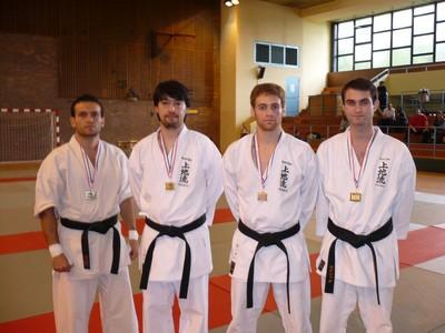 Les médaillés en kumite moins de 75 kgs