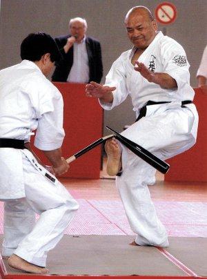 Shimoji Сенсей нарушение бейсбольной битой со своими пальцами